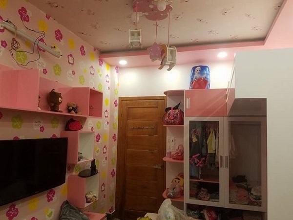 Mẫu giấy dán tường phòng ngủ bé gái với gam màu hồng được ưa thích nhiều