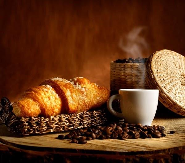 Mẫu tranh dán tường với hình ảnh ly cafe và bánh mì
