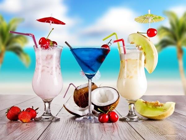 Mẫu tranh dán tường chủ đề ẩm thực có thể là những ly sinh tố, cocktail thơm ngon, hấp dẫn