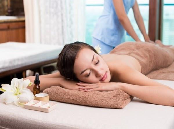 Mẫu tranh hình ảnh cô gái massage thường được chọn để dán tường trong spa