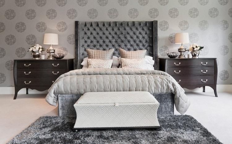 Phòng ngủ thanh lịch với giấy dán tường gam màu trung tính